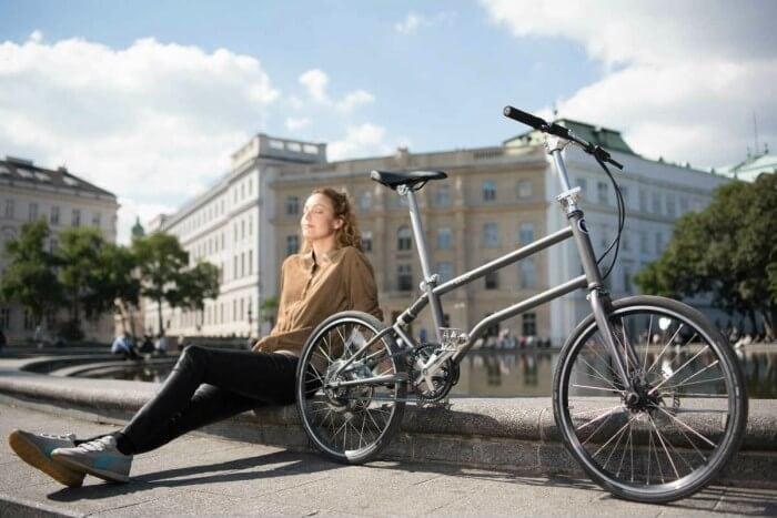 Bicicleta plegable en ciudad