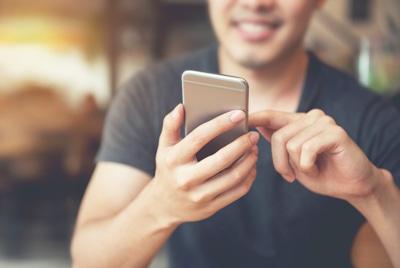 Usuario manejando un nuevo móvil