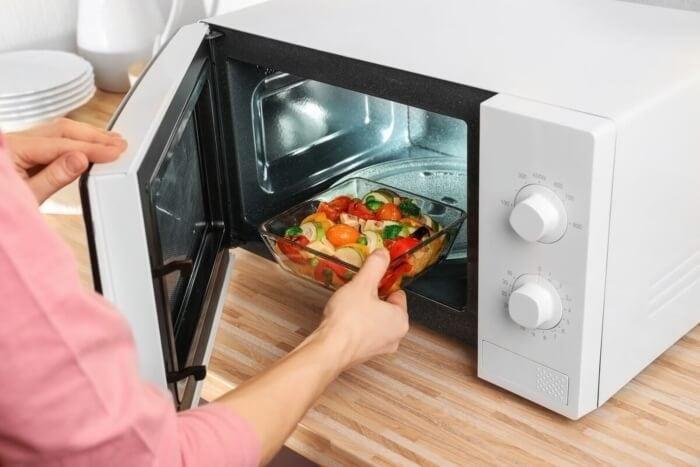 Calentar comida en microondas