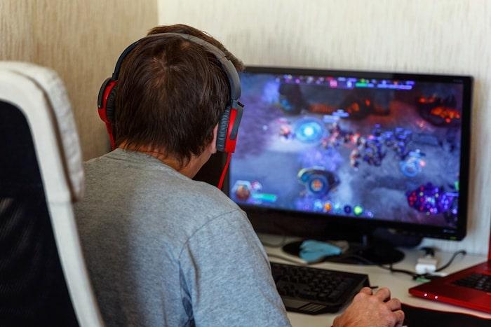 hombre en silla gaming