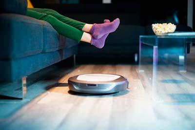 Robot Aspirador Roomba limpiando la casa