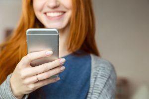 Usuaria consultando el móvil