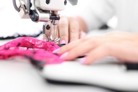máquina de coser manos