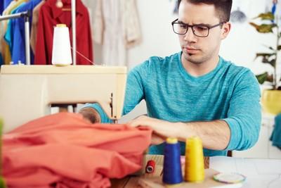 máquina de coser hombre