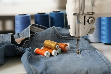 máquina de coser tejanos