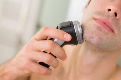 Hombre afeitando barba