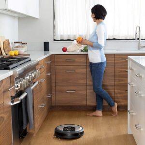 roomba limpiando cocina